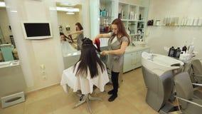 Trocknendes langes braunes Haar mit Haartrockner und Rundb?rste Nahaufnahme stock footage