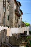 Trocknendes Leinen im Hausbezirk innen in die Stadt Stockfoto