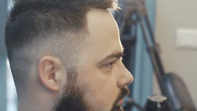 Trocknendes männliches Haar des weiblichen Herrenfriseurs langsam stock footage