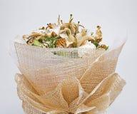Trocknete Blumen, schön in Handarbeit gemachte, weiße Hintergründe Lizenzfreies Stockfoto