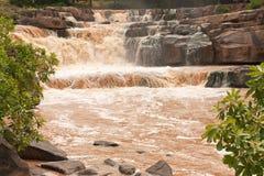 Troebel water van tropische waterval na harde regen Stock Foto