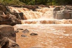 Troebel water van tropische waterval na harde regen Stock Fotografie