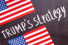 Troef` s strategie op het schoolbord en de vlag van de V.S. Stock Foto