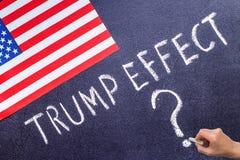 Troefeffect op het schoolbord en de vlag van de V.S. Stock Afbeeldingen
