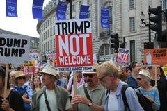 Troefprotest maart Londen, 13 Juli, 2018: anti-Donald Troefaanplakbiljetten Royalty-vrije Stock Fotografie