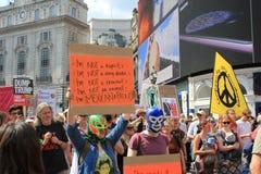 Troefprotest maart Londen, 13 Juli, 2018: anti-Donald Troefaanplakbiljetten Royalty-vrije Stock Afbeelding