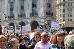 Troefprotest maart Londen, 13 Juli, 2018: anti-Donald Troefaanplakbiljetten Stock Fotografie