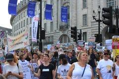 Troefprotest maart Londen, 13 Juli, 2018: anti-Donald Troefaanplakbiljetten Stock Afbeelding