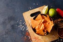Troep snel voedsel die de knapperige spaanders van de nachotortilla eten Royalty-vrije Stock Afbeelding