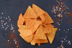 Troep snel voedsel die de knapperige spaanders van de nachotortilla eten Stock Foto's