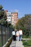 Troep van jongeren of hoodies het lopen door een stad stock afbeelding