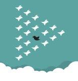 Troep van vogels die in de hemel vliegen, royalty-vrije illustratie