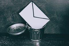 Troepe-mail envelop die in het afval gaan stock foto