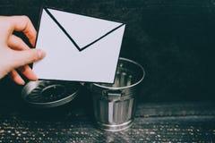 Troepe-mail envelop die in het afval gaan royalty-vrije stock foto's