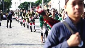 Troepen die van Yogyakarta-paleis in festival marcheren stock video