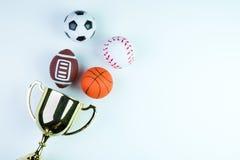 Troféu, brinquedo do futebol, brinquedo do basebol, brinquedo do basquetebol e Ru dourados Foto de Stock