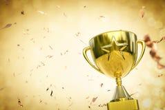Troféu da estrela do ouro no fundo do brilho do ouro Foto de Stock