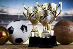 Troféu do vencedor, equipamento de esporte e bolas Foto de Stock