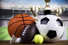 Troféu do vencedor, equipamento de esporte e bolas Fotografia de Stock