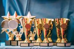Troféu dourado do campeão diferente, troféus Copos dos vencedores Imagens de Stock Royalty Free