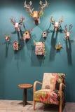 Troféu e poltrona dos cervos na exposição em HOMI, mostra internacional da casa em Milão, Itália Fotografia de Stock