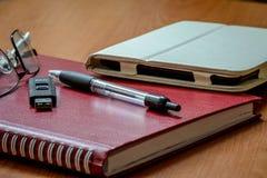 Trof voorbereidingen om een boek te lezen royalty-vrije stock afbeeldingen