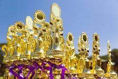 Trofeeën die van de Shinny de gouden sport op een openlucht klaar lijst opstellen Royalty-vrije Stock Afbeeldingen