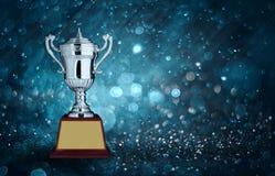 trofei d'argento astratti con illuminazione blu del bokeh copi lo spazio con riferimento a Immagini Stock Libere da Diritti
