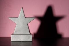 Trofeo de la muchacha en blanco Fotos de archivo libres de regalías