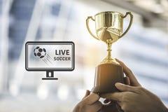 Trofeo de oro del campeón para el fondo del ganador con el sc vivo del fútbol fotos de archivo