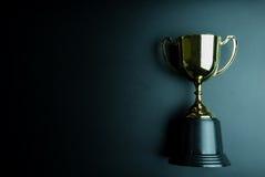 Trofeo de oro en fondo negro con el espacio de la copia Conce fotografía de archivo libre de regalías