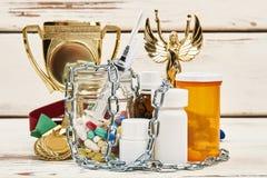 Trofeo del campeonato y medicaciones ilegales imagen de archivo libre de regalías