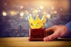 Trofeo del premio de la tenencia del hombre de negocios para la victoria de la demostración o el primer lugar que gana imagen de archivo libre de regalías