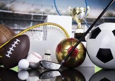 Trofeo del vincitore, del podio, attrezzature di sport e palle immagini stock libere da diritti