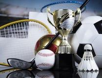 Trofeo del vincitore, del podio, attrezzature di sport e palle fotografia stock