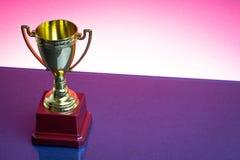 Trofeo en el fondo rojo fotografía de archivo
