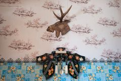 Trofeo en la pared en la casa, interior casero de la cocina, imagen de archivo