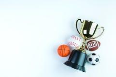 Trofeo, giocattolo di calcio, giocattolo di baseball, giocattolo di pallacanestro e Ru dorati Fotografie Stock Libere da Diritti