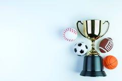 Trofeo, juguete del fútbol, juguete del béisbol, juguete del baloncesto y Ru de oro Fotos de archivo libres de regalías