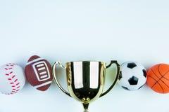 Trofeo, juguete del fútbol, juguete del béisbol, juguete del baloncesto y Ru de oro Foto de archivo libre de regalías