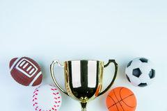 Trofeo, juguete del fútbol, juguete del béisbol, juguete del baloncesto y Ru de oro Fotografía de archivo