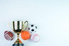 Trofeo, juguete del fútbol, juguete del béisbol, juguete del baloncesto y Ru de oro Imagenes de archivo