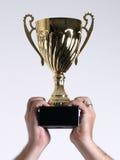 Trofeo sostenido sobre la pista imágenes de archivo libres de regalías