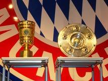 Trofeos alemanes del fútbol e insignia de Baviera Munich Imágenes de archivo libres de regalías