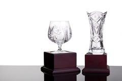 Trofeos cristalinos elegantes de la taza y del florero en el fondo blanco imagen de archivo libre de regalías
