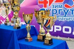 Trofeos de oro hermosos de los deportes en el podio imagen de archivo libre de regalías
