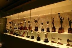 Trofeos del fútbol en la exposición del Real Madrid fotos de archivo libres de regalías