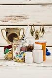 Trofeos del ` s del campeón y medicaciones ilegales imagenes de archivo