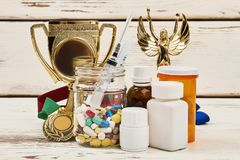 Trofeos y medicamentos diversos imagen de archivo