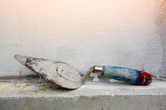 Troffel op cementmuur stock foto's